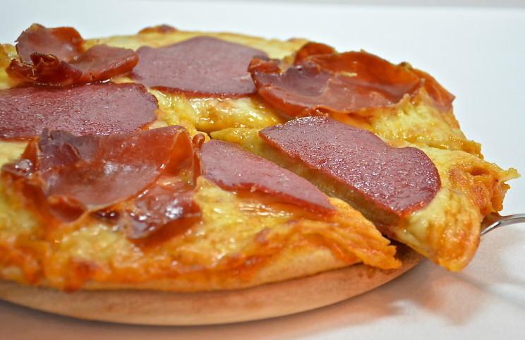 Рецепт Пицца салями и прошутто