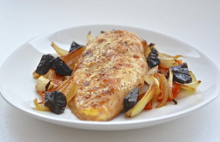 Куриное филе с овощами и черносливом