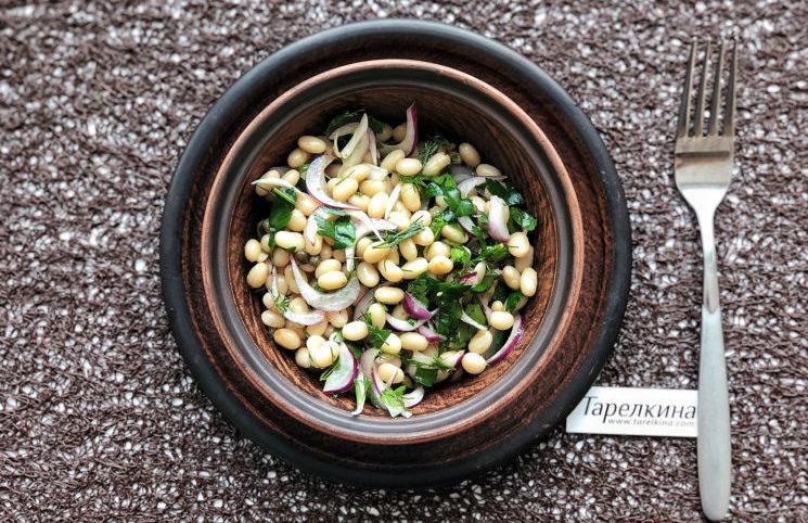 Салат с фасолью, каперсами и зеленью